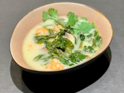 Rezept: Spinat-Kokos-Suppe mit Garnelen – keto & pescetarisch
