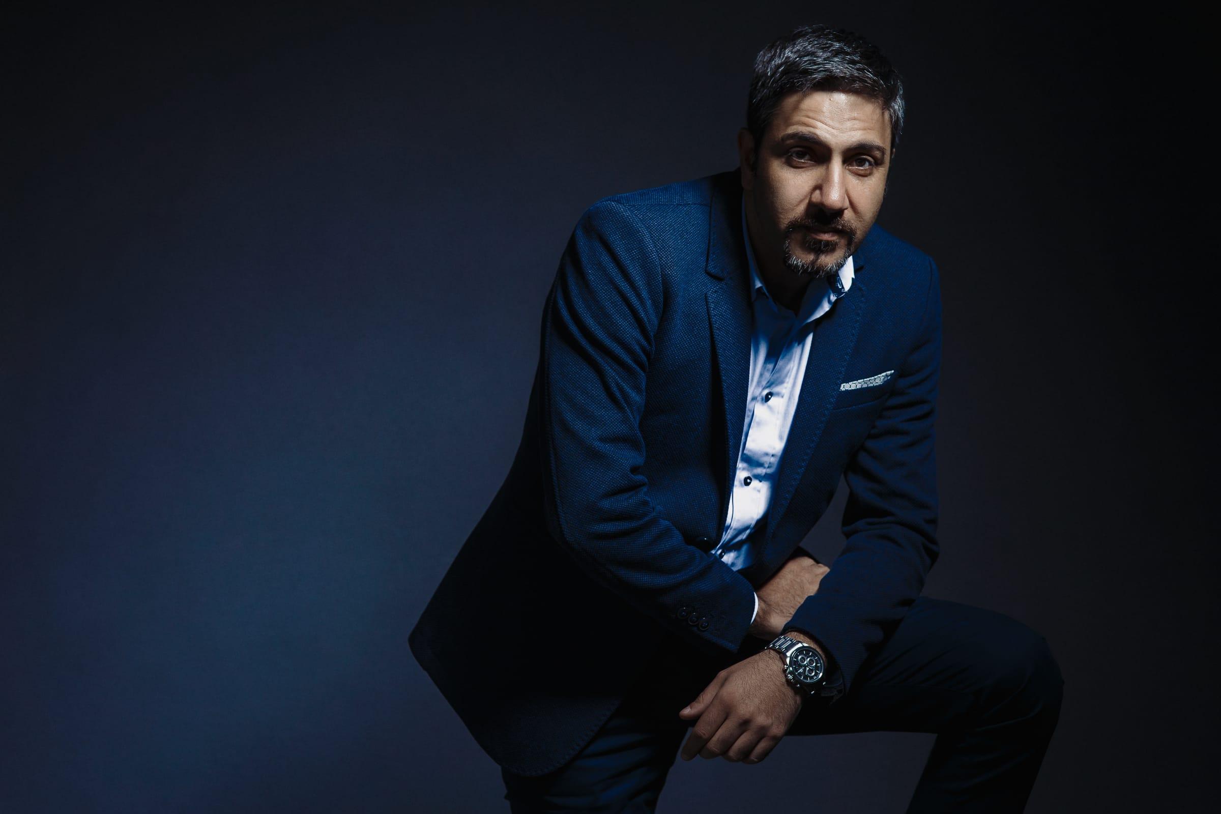 бизнесмен в синем костюме