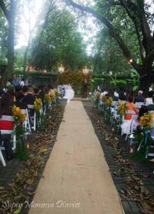 I love the rustic elements at the ceremony :)