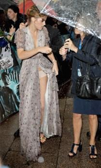 Nem a nossa querida Emma Watson está imune à uma roupa mal ajustada. Seu vestido tinha uma fenda grande demais e deixou todos os fãs de Harry Potter ver sua calcinha em uma premiere do filme.