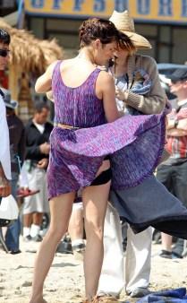O vento levantou o vestido de Jessica Stroup e revelou uma... calcinha? Shorts? Não consigo saber, mas está bem esquisito.