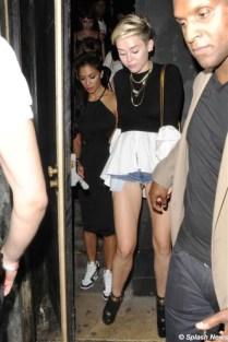 Miley Cyrus já é figura carimbada em blogs de moda e não é pelo seu bom gosto. Dessa vez ela escolheu um shorts muito curto, que mostrava mais do que ela gostaria.