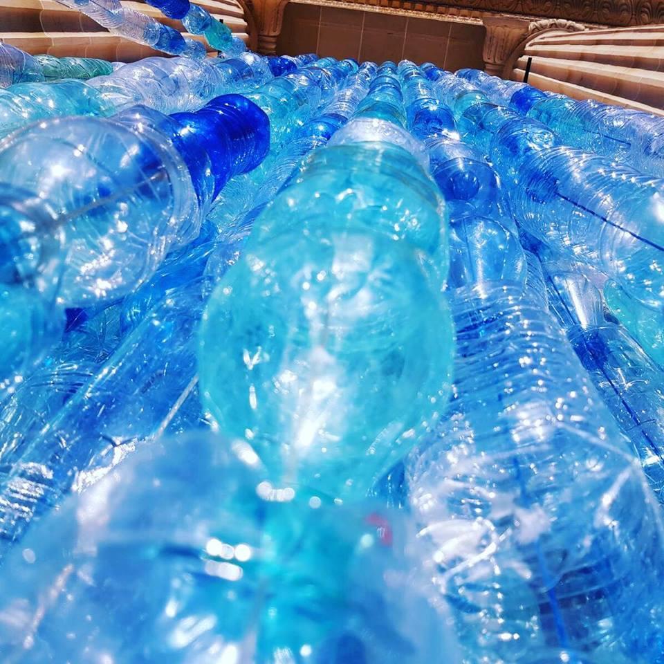 zoom sur de nombreuses bouteilles recyclées