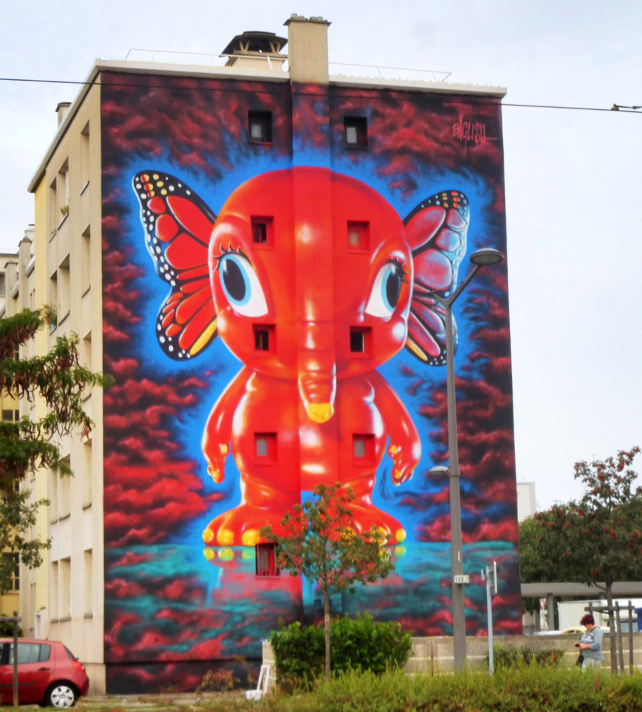 fresque murale représentant un animal hybride entre éléphant et papillon
