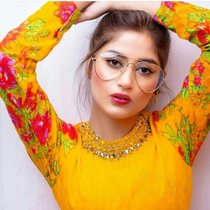 Sajal Ali Bio, Age, Height, Boyfriend, Weight, Facts - Sajal Ali Firdous Instagram Picture with googles