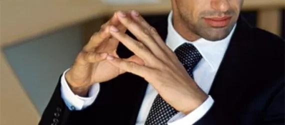 Profissional de Vendas transmitindo por meio de sua linguagem corporal Auto Conficança