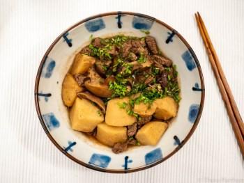 Japanischer Eintopf mit Taro und Rindfleisch
