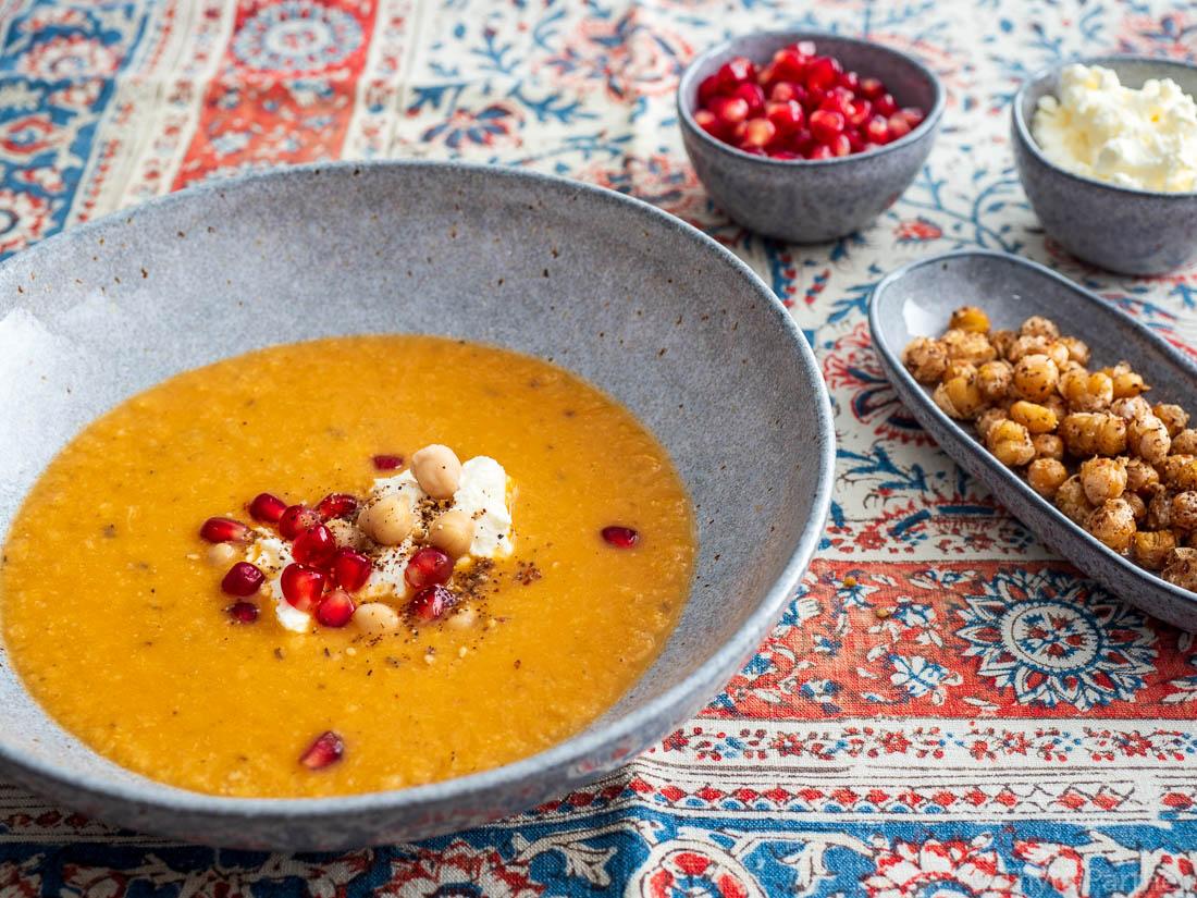 Kichererbsen-Rosenkohl-Suppe mit Sumach und Labneh