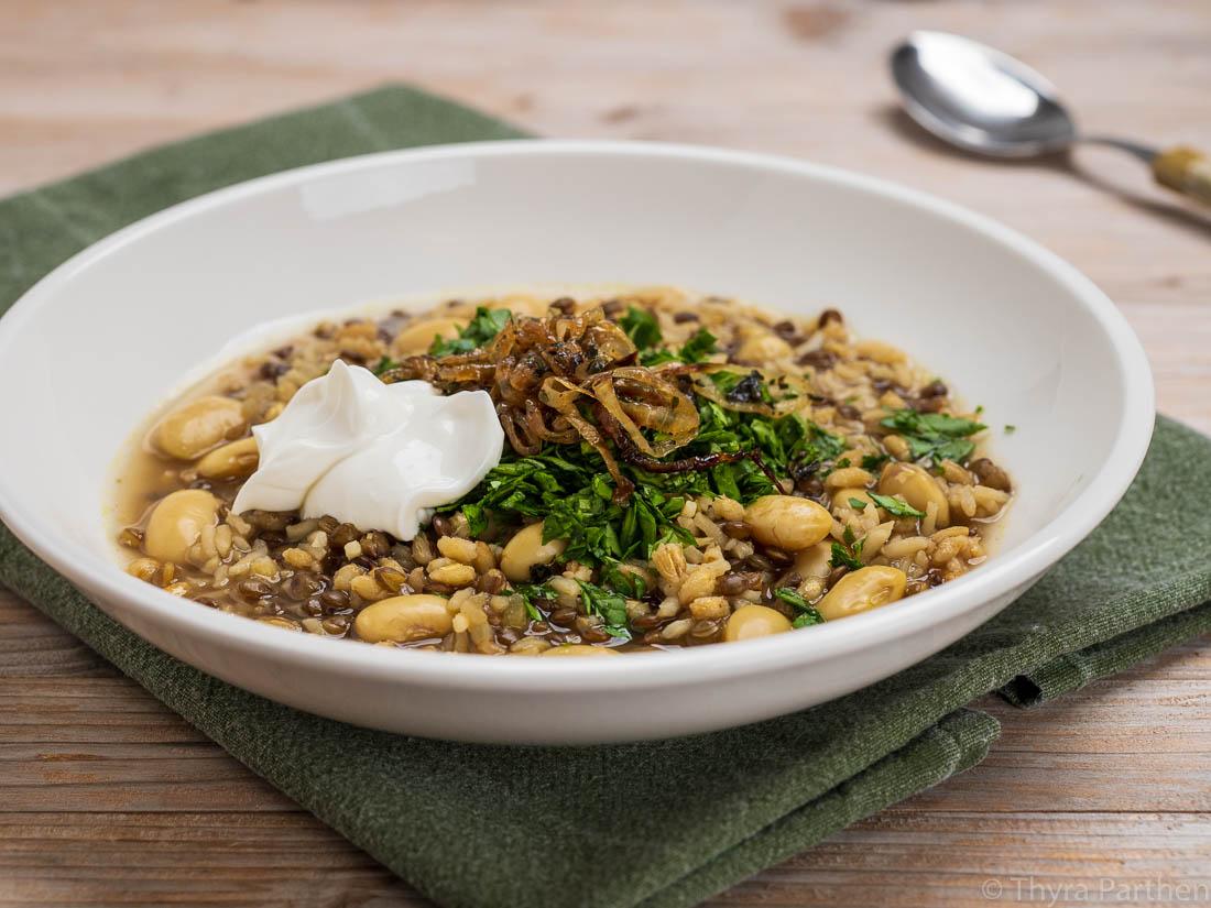 Aash-e Jow (Persische Reis-Bohnen-Gersten-Suppe)