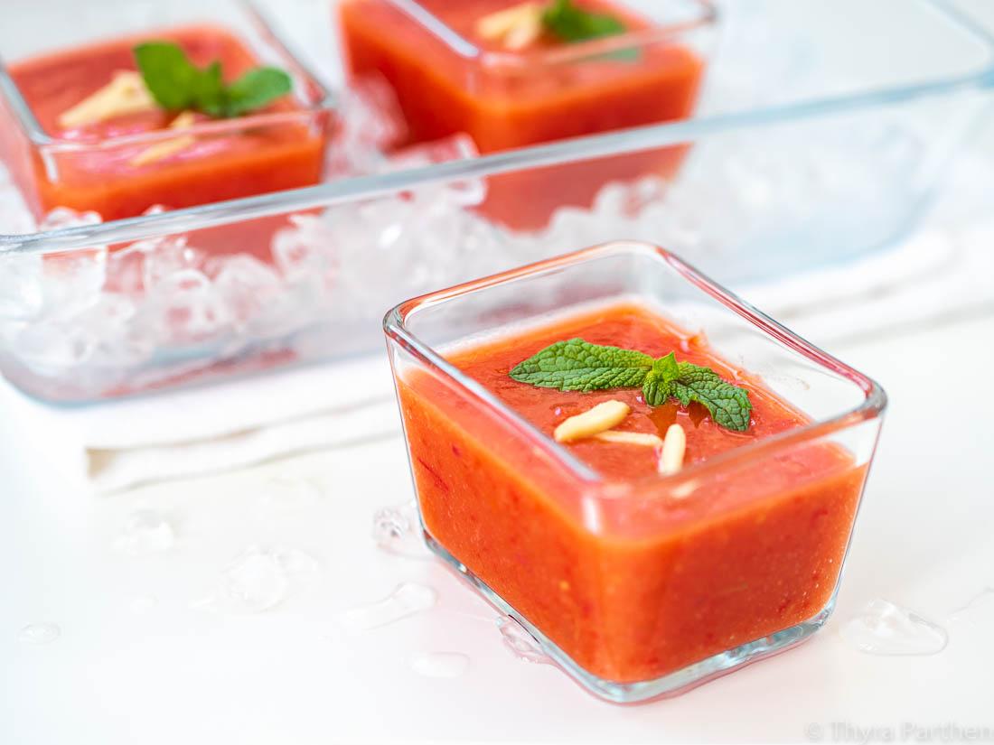 Rotes Gazpacho mit Nektarine