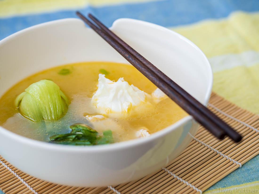 Ingwer-Hühnersuppe mit Pak Choi und pochiertem Ei