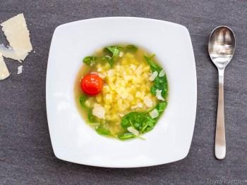 Leichte Suppe mit Kartoffeln, Spinat und Parmesan