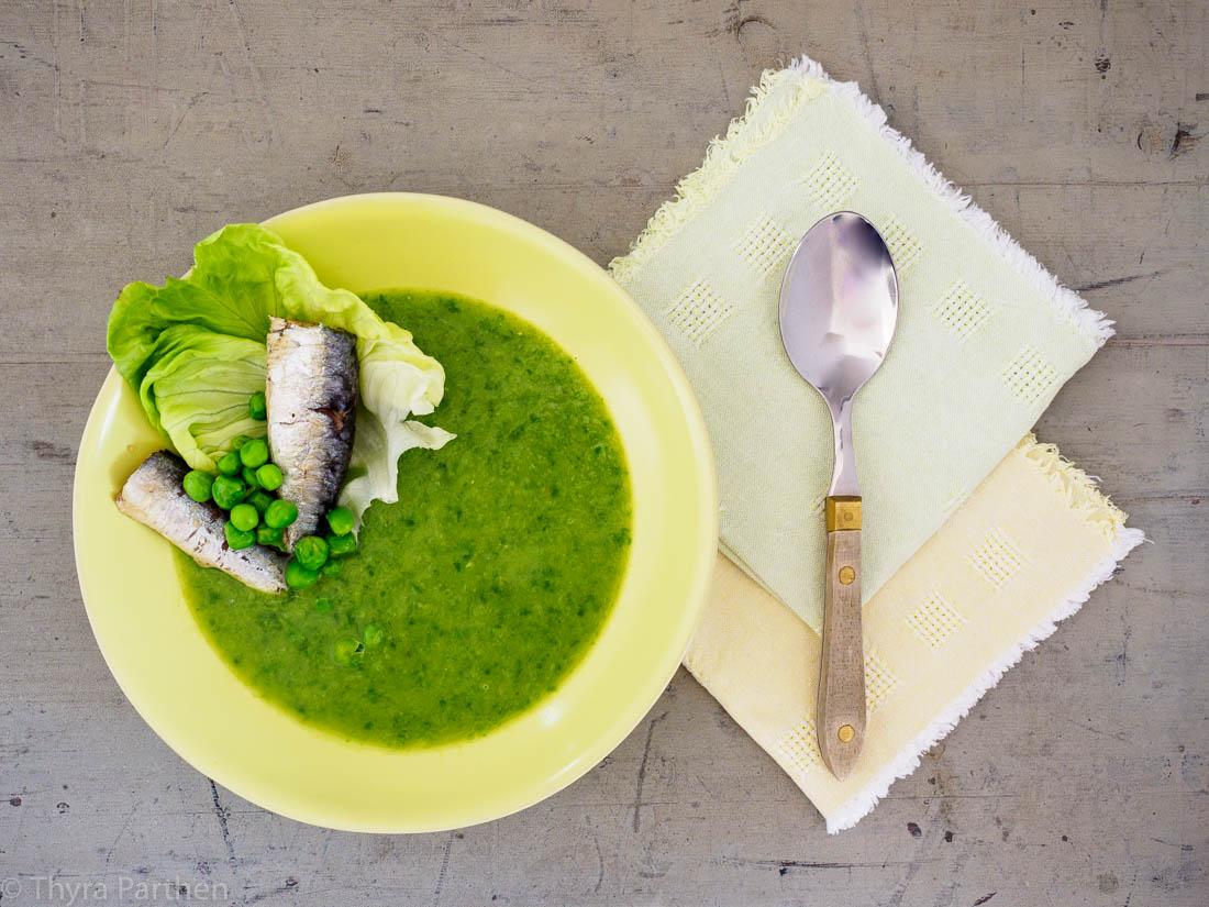 Suppe vom Kopfsalat mit Ölsardinen und Erbsen