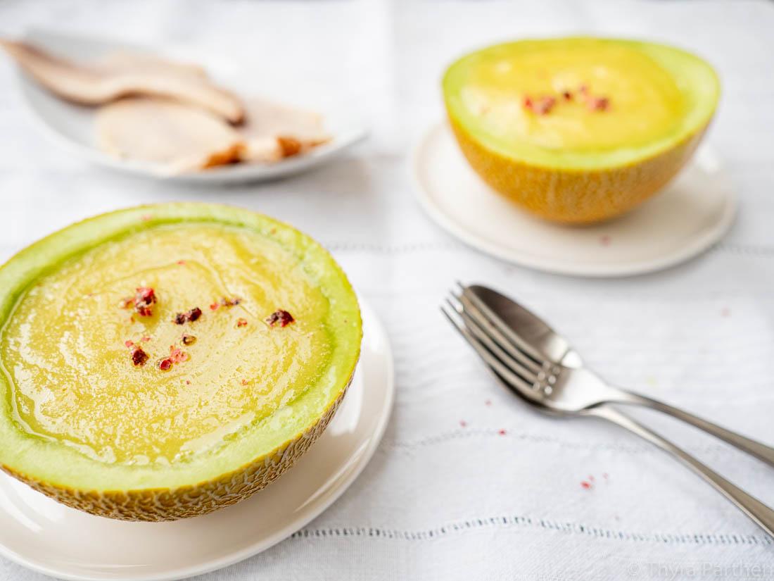 Kaltes Melonen-Mango-Süppchen mit Räucherforelle
