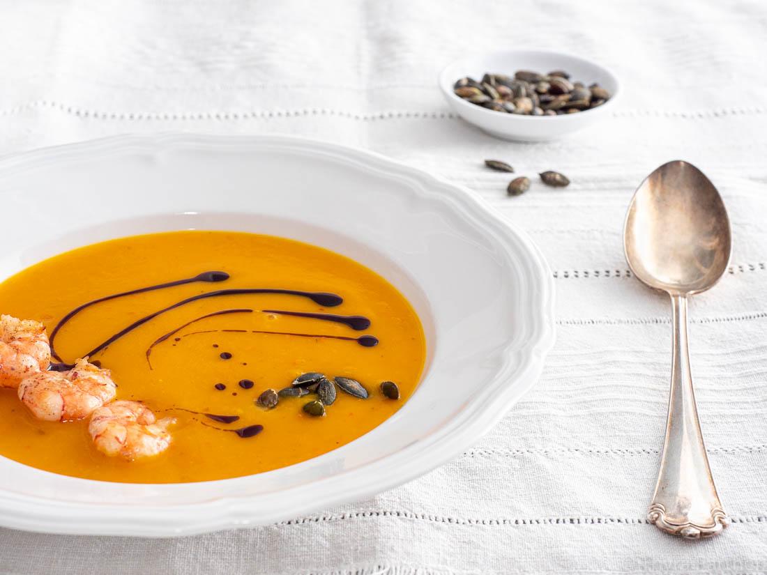 Klassische Kürbissuppe mit gebratenen Garnelen