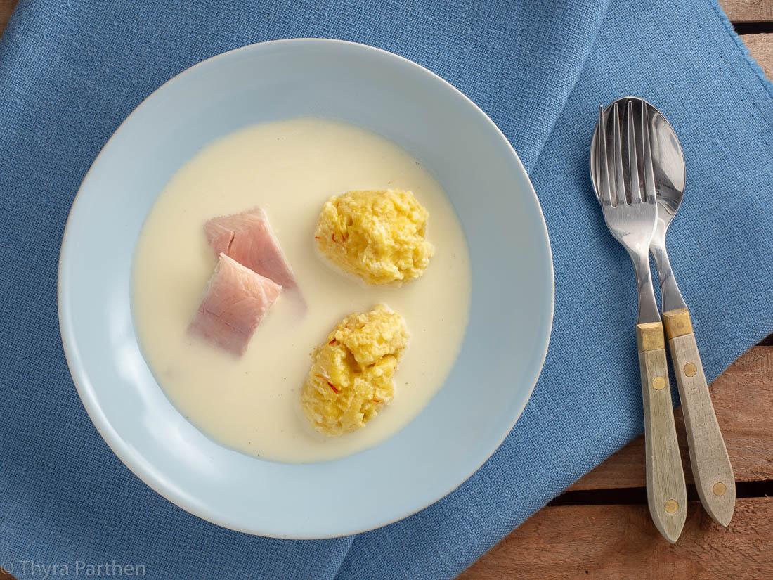 Schwarzwurzel-Cremesuppe mit Safrannocken und Forelle