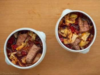 Spitzkohlsuppe mit roter Bete und Steak