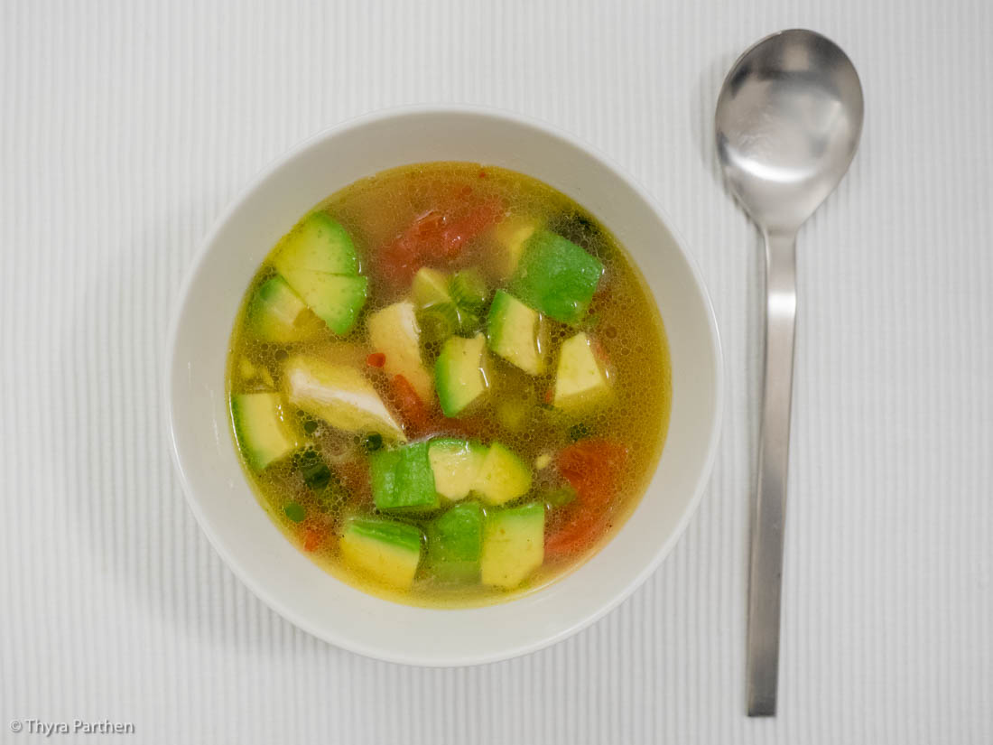 Hühnersuppe mit Avocado (Guacamole-Suppe)