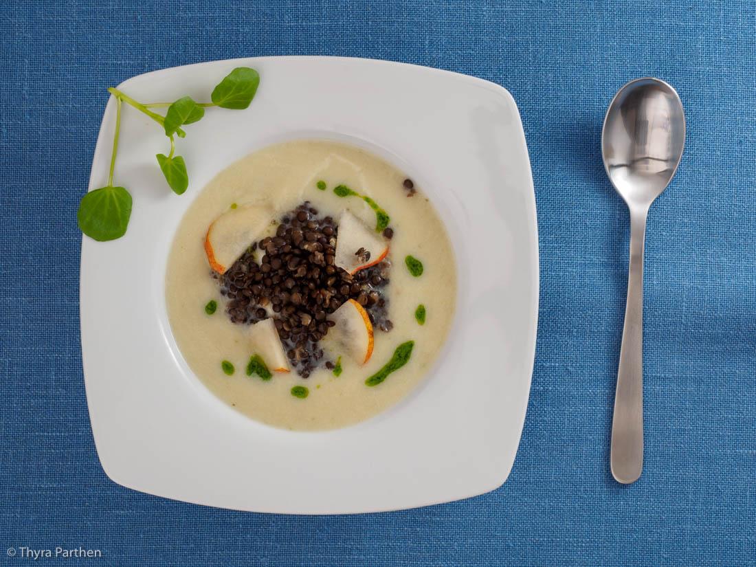 Topinambur-Birnen-Suppe mit Belugalinsen und Brunnenkressepesto