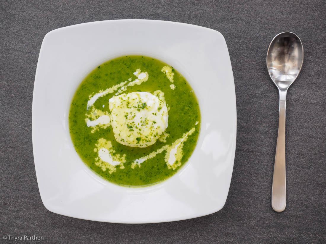 Suppe mit Brunnenkresse und pochiertem Ei