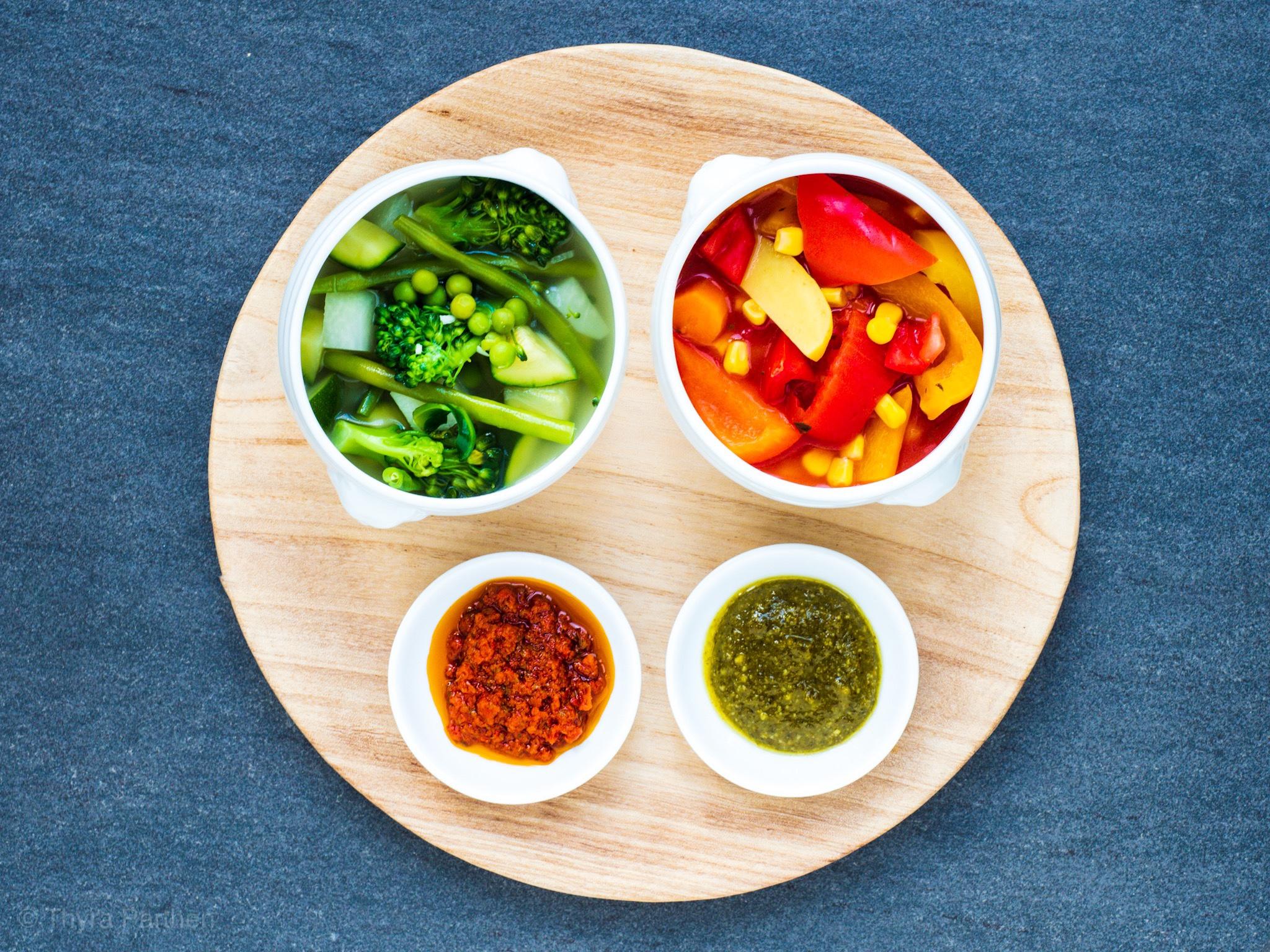 Grüne und rote Minestrone mit Pesto