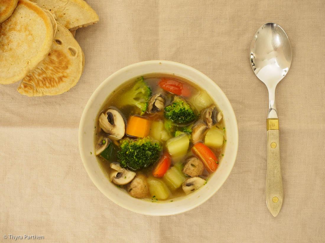 Klare Suppe mit buntem Gemüse