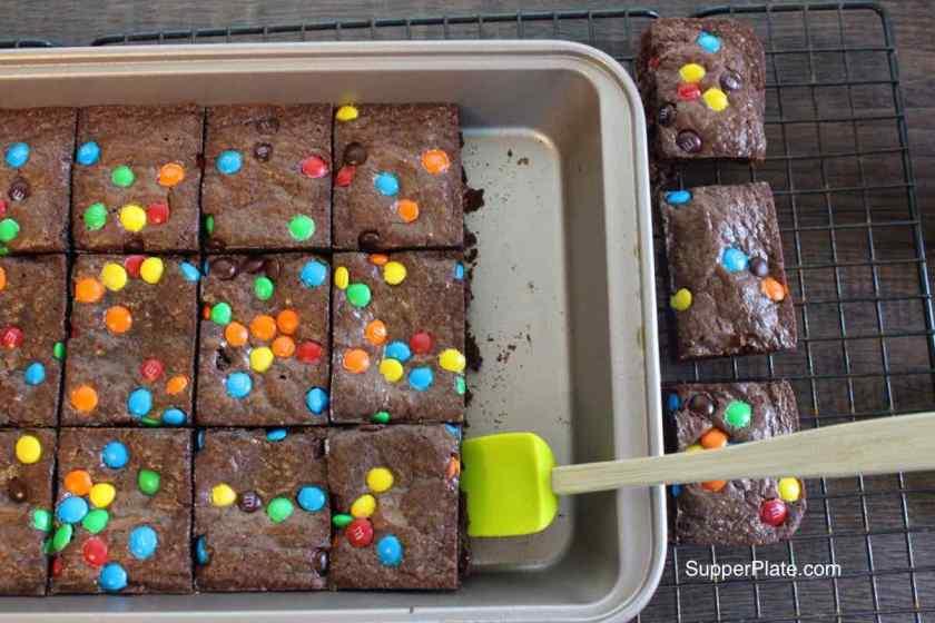 Brownie pan 6 remove brownies
