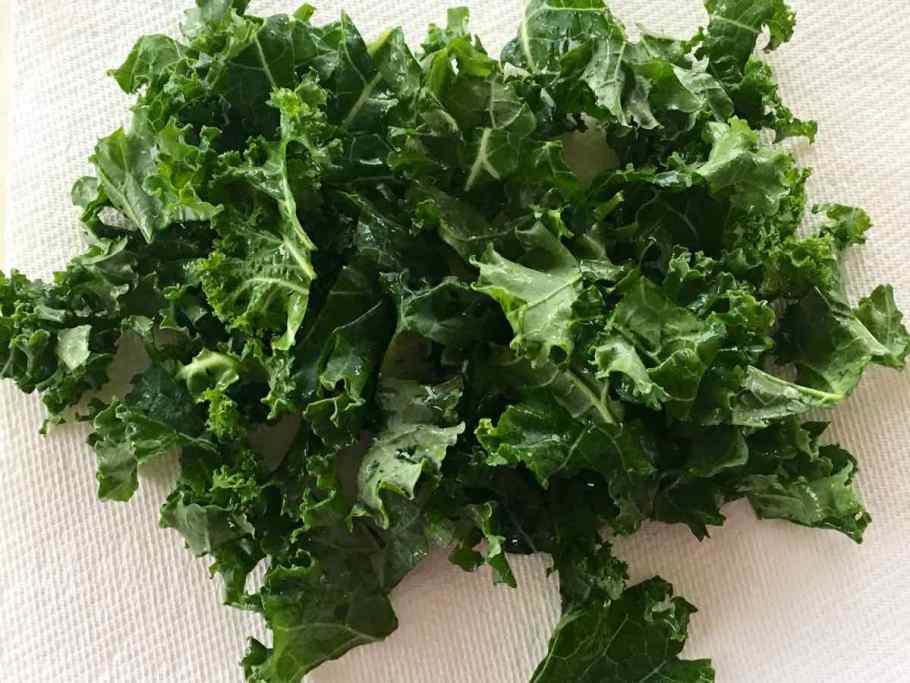 Wet Kale placed on paper towels to dry