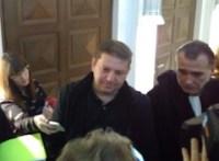 Raphaël Halet au micro de journaliste dans le hall du Tribunal