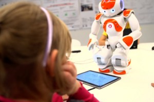 Robôs humanoides ensinam técnicas de enfrentamento para crianças com autismo