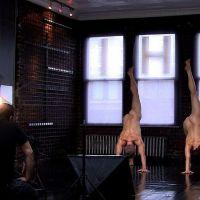 Tihle nadšenci pořádají kurzy jógy, kde jsou všichni nazí...