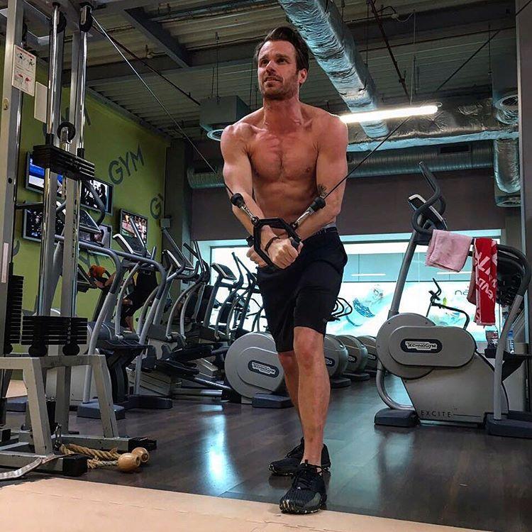 Leoš Mareš jede, svaly se rýsují čím dál tím více...
