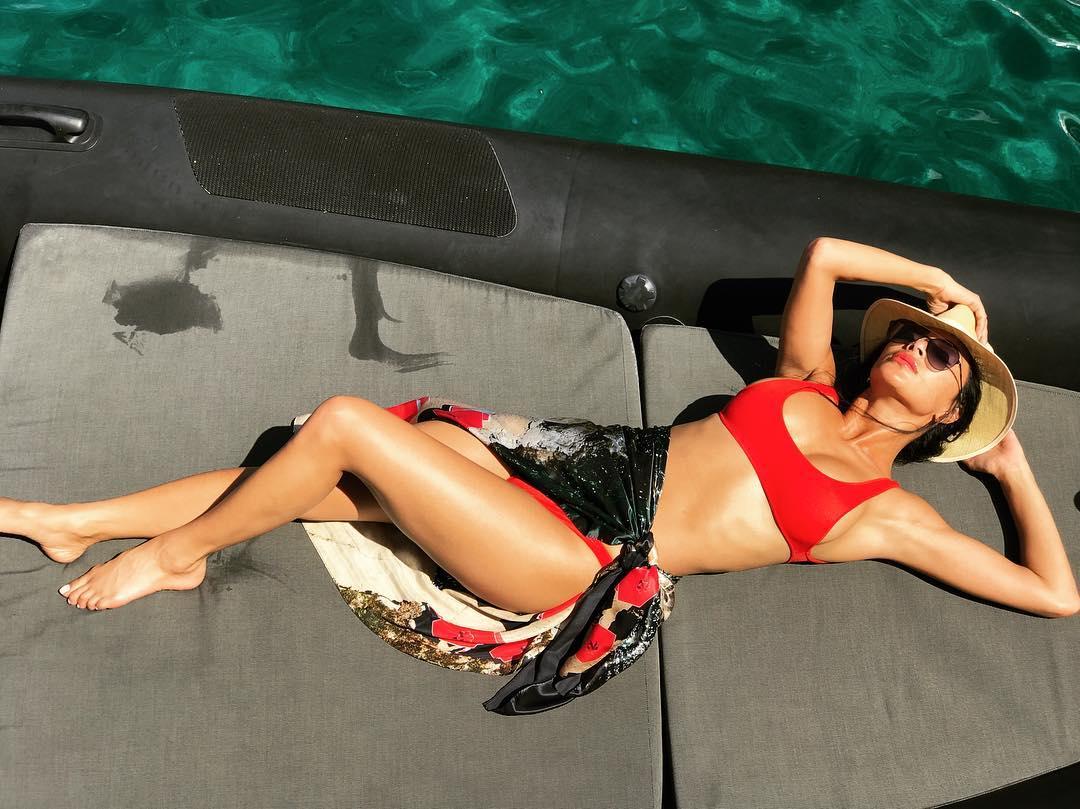 Takhle si Nicole Scherzinger protahuje tělo na jachtě...