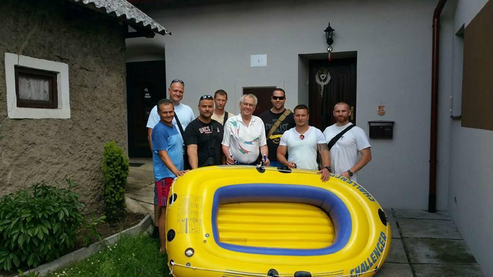 Prezident Zeman se vyfotil se slavným člunem a ochrankou, dovolená končí!