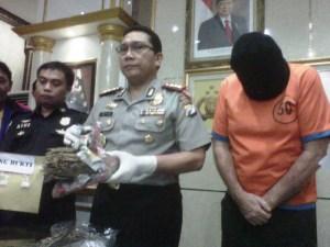 Simpan 800 gram ganja dan 2,7 gram sabu-sabu, Andrew Roger seorang warga Australia ditangkap polisi. (FOTO : Parlin/surabayaupdate)