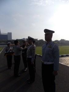 apel gelar pasukan yang dilaksanakan di lapangan Mapolda Jatim, Senin (19/5) untuk Ops Simpatik 2014 jelang Pilpres Juli mendatang. (FOTO: Parlin)