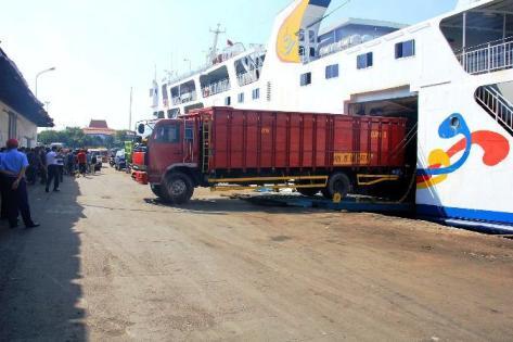 Kapal Roro di Pelabuhan Tanjung Perak Surabaya. (FOTO : Parlin/surabayaupdate)