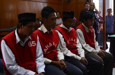 empat orang terdakwa pemerkosaan divonis 6 tahun penjara di PN Surabaya. (FOTO : Parlin/surabayaupdate)
