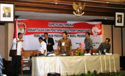 Karena kecewa, dua orang saksi dari pasangan calon Presiden Prabowo dan Wakil Presiden Hatta Rajasa memilih meninggalkan ruang rapat pleno terbuka.
