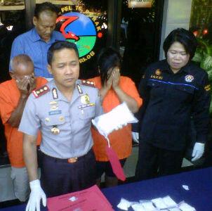 Kapolres Pelabuhan Tanjung Perak Surabaya bersama dengan para tersangka dan barang bukti narkoba.