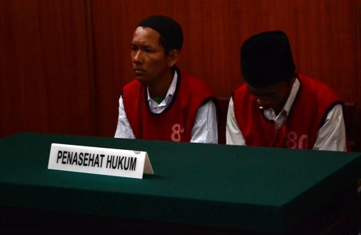 Ardo Oktavian Kanara Putra dan Risky Fajar Mulianto, dua terdakwa pemilik 269 butir Pil Dobel L yang tertangkap Polsek Jambangan saat menggelar razia. (FOTO : parlin/surabayaupdate.com)