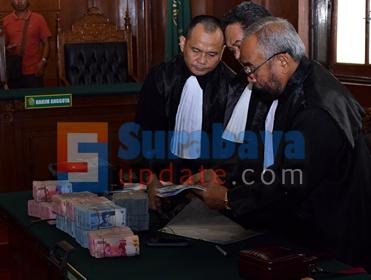 Tim penasehat hukum terdakwa Sipoa dan uang tunai Rp. 900 juta. (FOTO : parlin/surabayaupdate.com)