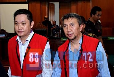 Budi Santoso (KIRI) dan Ir. Klemens Sukarno Candra (KANAN), saat disidang di PN Surabaya. (FOTO : parlin/surabayaupdate.com)