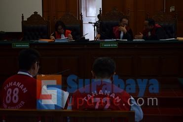 I Wayan Sosiawan, ketua majelis (TENGAH) terlihat sedang asyik berdiskusi dengan hakim Dwi Purwadi (KANAN), tatkala terdakwa Budi Santoso sedang membacakan nota pembelaannya. (FOTO : parlin/surabayaupdate.com)