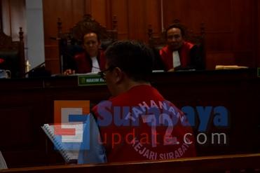 Terdakwa Ir. Klemens Sukarno Candra, saat membacakan nota pembelaannya di PN Surabaya. (FOTO : parlin/surabayaupdate.com)
