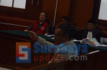Prof. Dr. Chairul Huda, SH., MH ahli hukum pidana saat memberikan pendapat hukumnya di PN Surabaya. (FOTO : parlin/surabayaupdate.com)