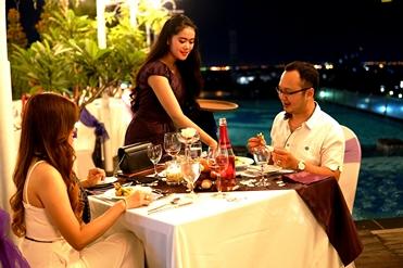 Makan malam nan romantis pada perhelatan Valentine's Day di Best Western Papilio Hotel Surabaya. (FOTO : dok pribadi untuk surabayaupdate.com)