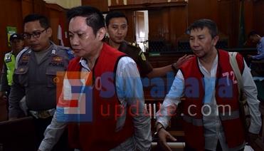 Budi Santoso dan Ir. Klemens Sukarno Candra usai menjalani persidangan di PN Surabaya. (FOTO : parlin/surabayaupdate.com)