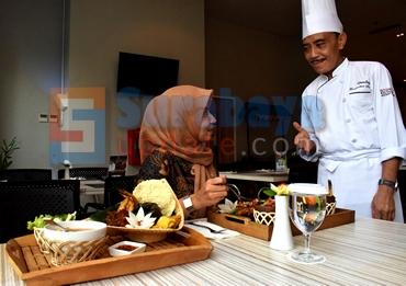 Ditemani Chef Daulay, seorang model menikmati nasi santri dan nasi ponyo di Pesonna Hotel Ampel Surabaya. (FOTO : parlin/surabayaupdate.com)
