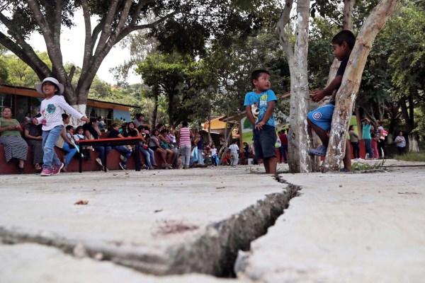 Grietas en el suelo del jardín de niños Emiliano Zapata, en la colonia capitalina Plan de Ayala. Los padres exigen su reconstrucción. Foto: Jessica Torres Barrera